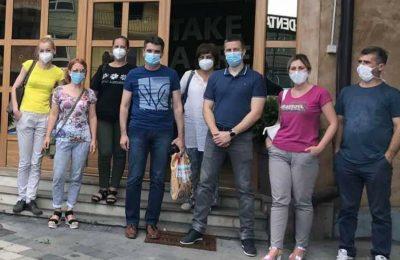 Medicinski radnici ispred zgrade Kvele u Novom Pazaru