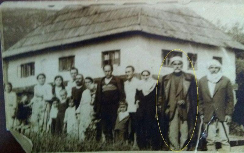 4.-Mula-Omer-sa-bratom-Vejsilom-sa-čalmom-ispred-porodične-kuće-u-selu-Uglu-na-Pešteri-pred-polazak-za-Tursku-1956.-godine