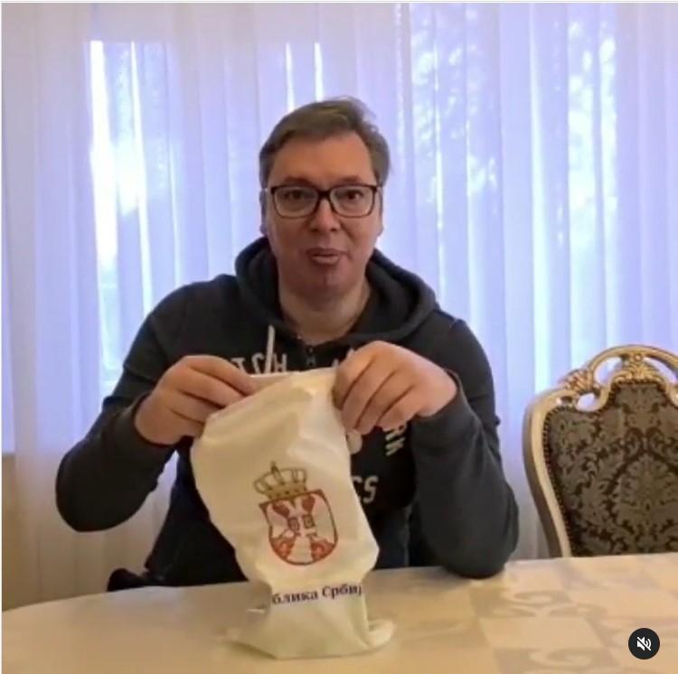 """(VIDEO) Vučić objavio da je spremio poklon penzionerima / """"Mineral-cink, vitamin D3, C vitamin. Svi dobri vitamini i minerali.."""""""