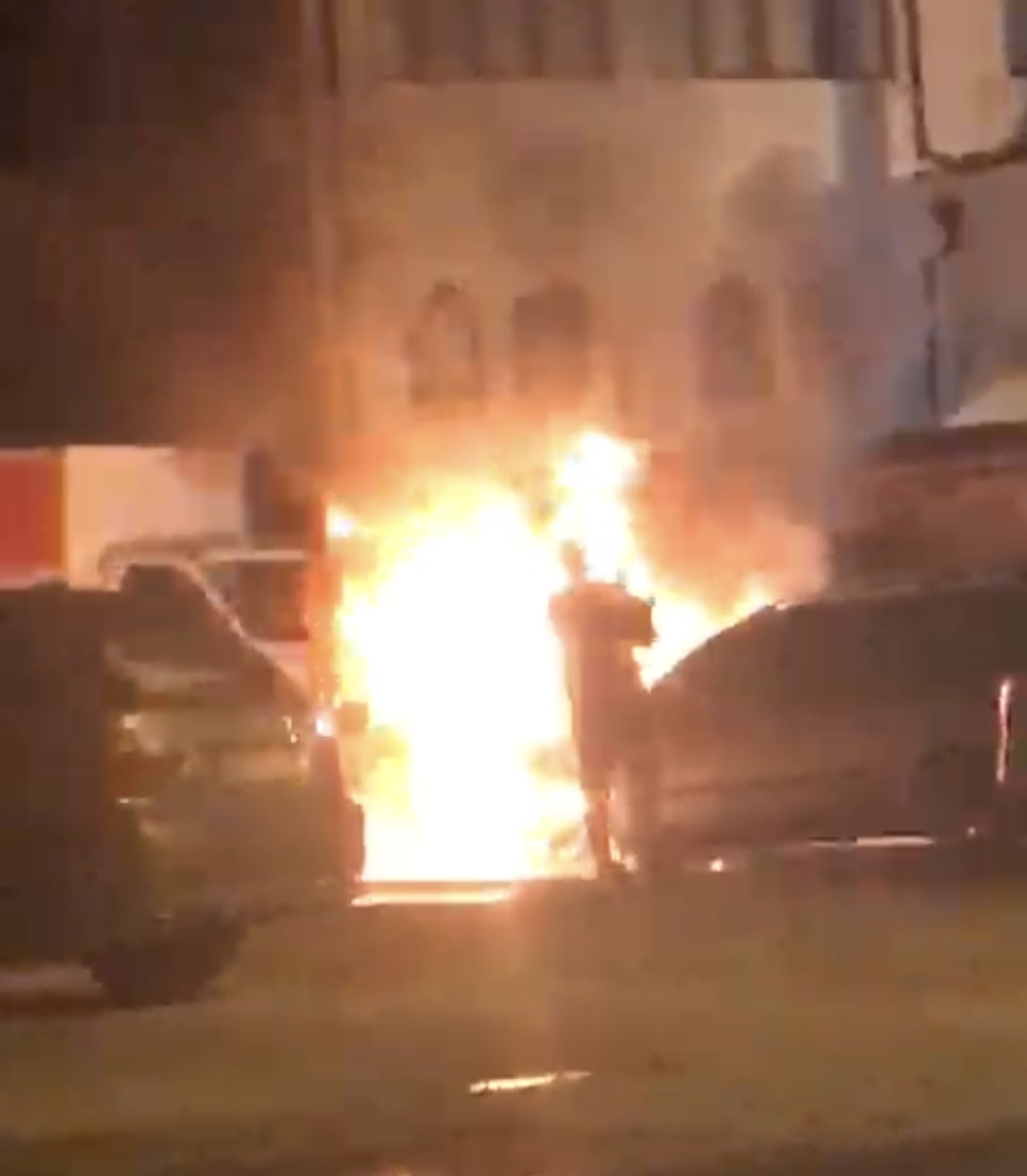 (VIDEO) Novi Pazar: Požar na automobilu u haremu Hadži-Mehove džamije