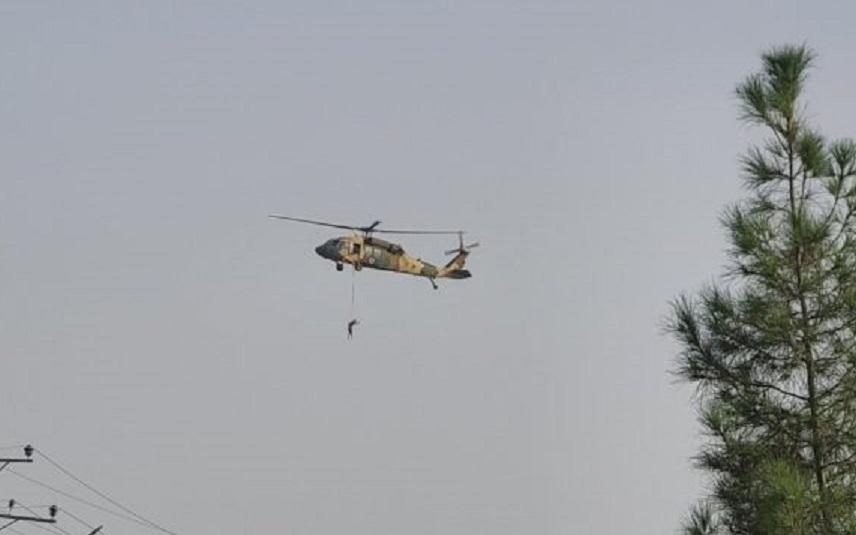 Kako talibani lete sa američkim helikopterom, čovjek visi iz njega (VIDEO)