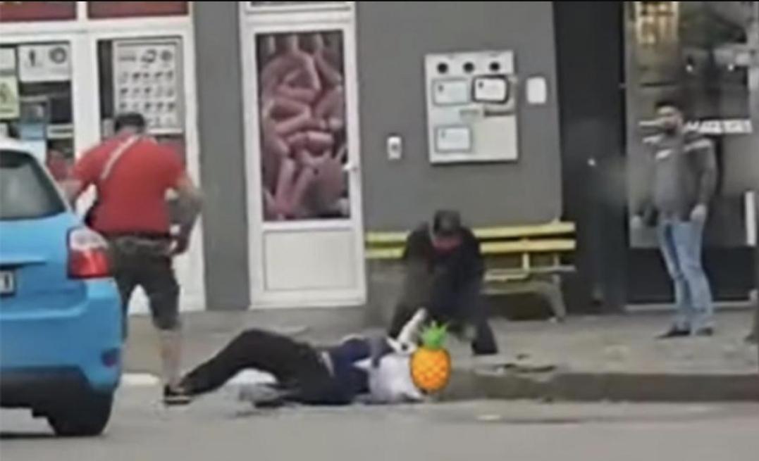 (VIDEO) Brutalno premlaćivanje u centru Niša / Pesnicama žestoko udarao čovjeka na sred ceste